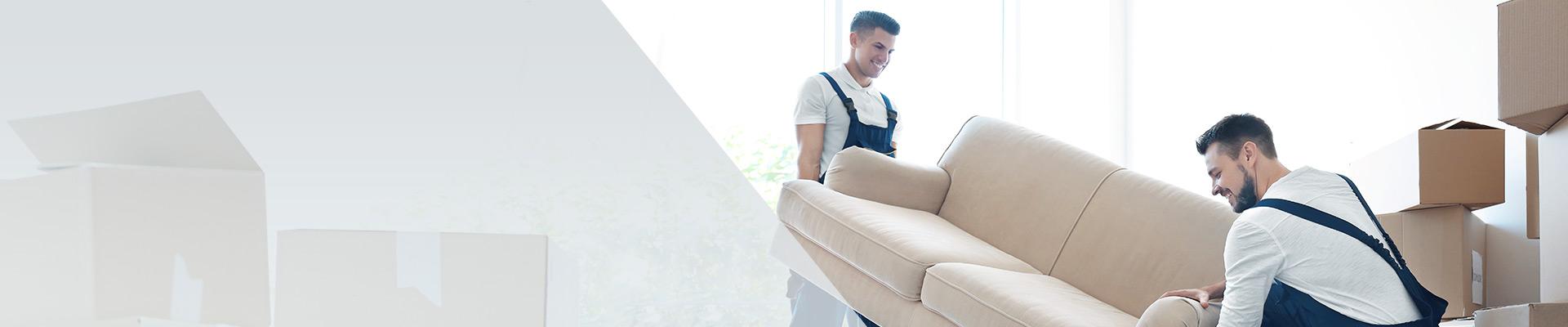 Möbelpacker beim Sofa Transport